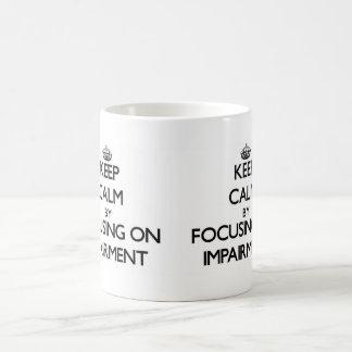 Guarde la calma centrándose en la debilitación taza básica blanca