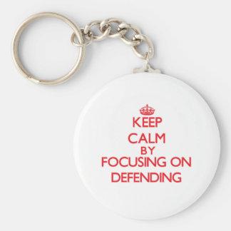 Guarde la calma centrándose en la defensa llavero personalizado