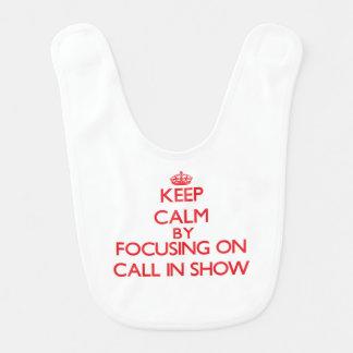 Guarde la calma centrándose en la demostración del baberos para bebé