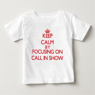Guarde la calma centrándose en la demostración del t shirt