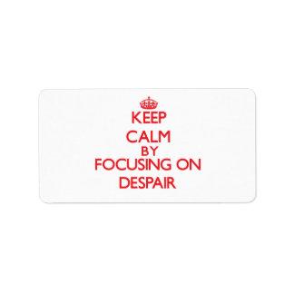 Guarde la calma centrándose en la desesperación etiquetas de dirección