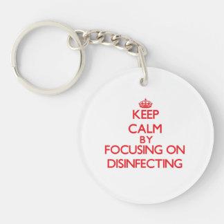 Guarde la calma centrándose en la desinfección llavero redondo acrílico a una cara