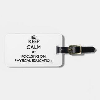 Guarde la calma centrándose en la educación física etiqueta de maleta