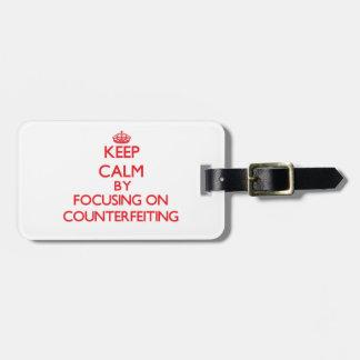 Guarde la calma centrándose en la falsificación etiquetas maleta