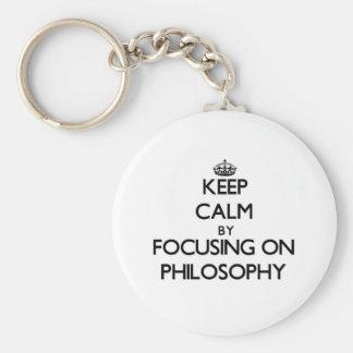 Guarde la calma centrándose en la filosofía llaveros personalizados