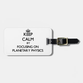Guarde la calma centrándose en la física etiquetas maletas