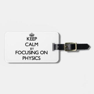 Guarde la calma centrándose en la física etiquetas maleta