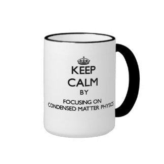 Guarde la calma centrándose en la física taza a dos colores