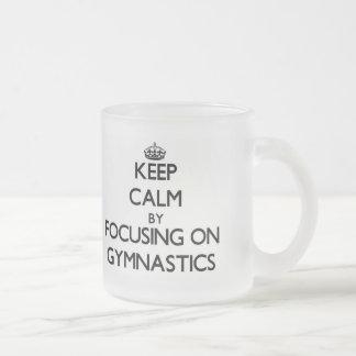 Guarde la calma centrándose en la gimnasia tazas de café
