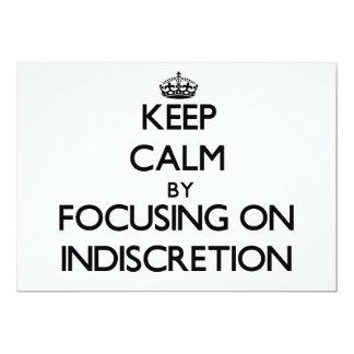 """Guarde la calma centrándose en la indiscreción invitación 5"""" x 7"""""""