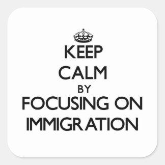 Guarde la calma centrándose en la inmigración pegatina cuadrada