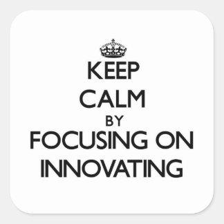 Guarde la calma centrándose en la innovación pegatina cuadrada