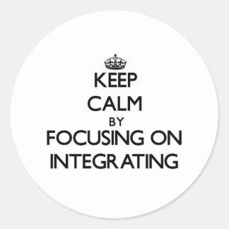 Guarde la calma centrándose en la integración etiqueta redonda