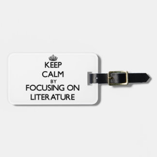 Guarde la calma centrándose en la literatura etiquetas bolsas