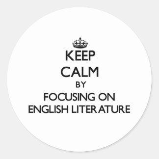 Guarde la calma centrándose en la literatura etiqueta redonda