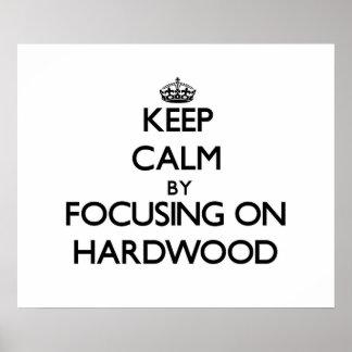 Guarde la calma centrándose en la madera dura poster