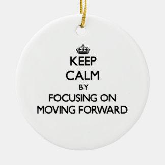 Guarde la calma centrándose en la mudanza adelante ornamento para arbol de navidad