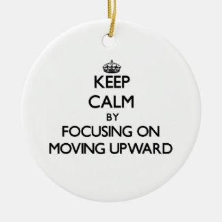 Guarde la calma centrándose en la mudanza hacia ar ornamento de navidad