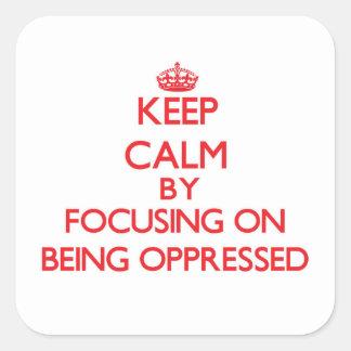 Guarde la calma centrándose en la opresión calcomanía cuadradase