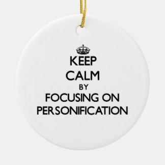 Guarde la calma centrándose en la personificación ornamento de navidad