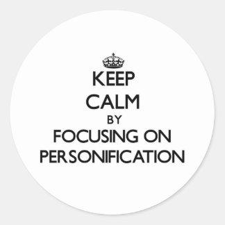 Guarde la calma centrándose en la personificación etiquetas redondas