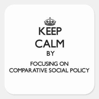 Guarde la calma centrándose en la política social pegatina cuadrada