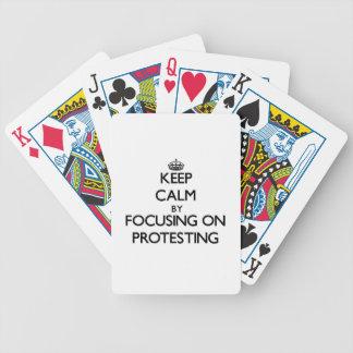 Guarde la calma centrándose en la protesta barajas de cartas