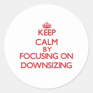 Guarde la calma centrándose en la reducción de la pegatina redonda
