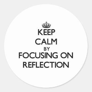 Guarde la calma centrándose en la reflexión etiqueta redonda