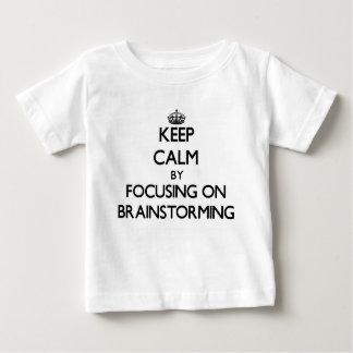 Guarde la calma centrándose en la reunión de t-shirts