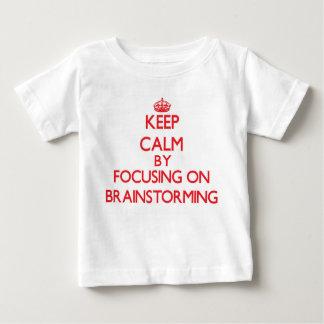 Guarde la calma centrándose en la reunión de tee shirt
