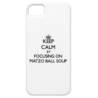 Guarde la calma centrándose en la sopa de la bola  iPhone 5 cárcasa