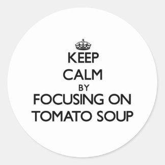 Guarde la calma centrándose en la sopa del tomate etiqueta redonda