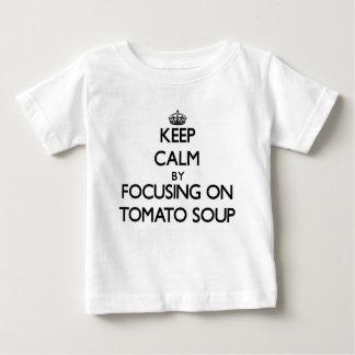 Guarde la calma centrándose en la sopa del tomate camiseta