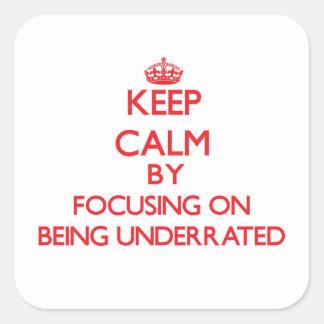 Guarde la calma centrándose en la subestimación pegatina cuadrada