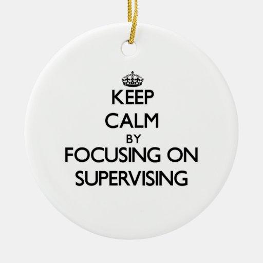 Guarde la calma centrándose en la supervisión ornamento para arbol de navidad