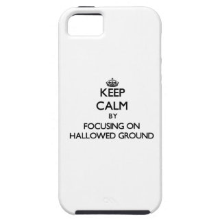 Guarde la calma centrándose en la tierra Hallowed iPhone 5 Cárcasa