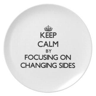 Guarde la calma centrándose en lados cambiantes platos para fiestas