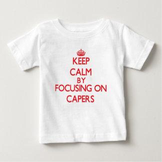 Guarde la calma centrándose en las alcaparras t shirts