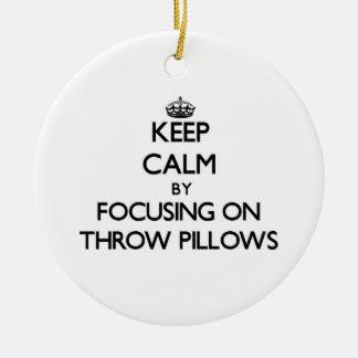 Guarde la calma centrándose en las almohadas de ornamentos de reyes
