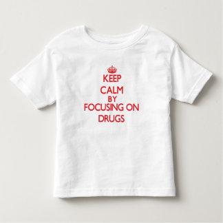 Guarde la calma centrándose en las drogas tshirt