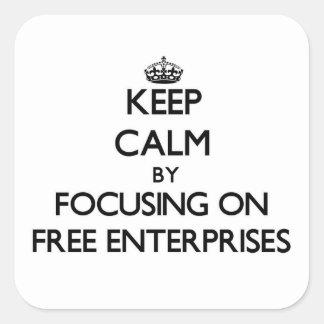 Guarde la calma centrándose en las empresas libres pegatina cuadrada