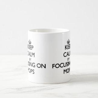 Guarde la calma centrándose en las fregonas taza básica blanca
