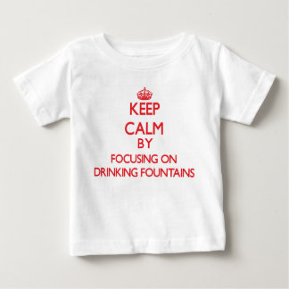Guarde la calma centrándose en las fuentes de t shirts