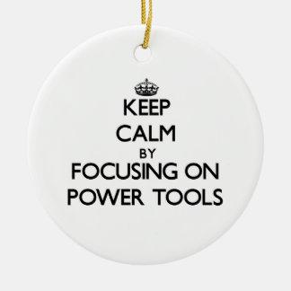 Guarde la calma centrándose en las herramientas el adorno de navidad