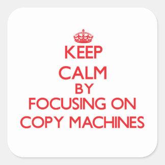 Guarde la calma centrándose en las máquinas de la pegatina cuadrada