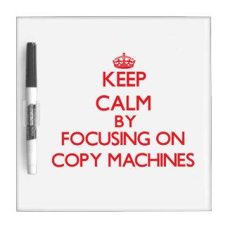 Guarde la calma centrándose en las máquinas de la tablero blanco
