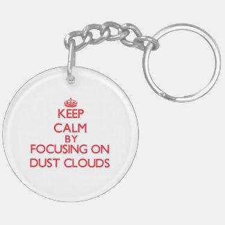 Guarde la calma centrándose en las nubes de polvo llavero redondo acrílico a doble cara