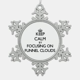 Guarde la calma centrándose en las nubes del embud adornos