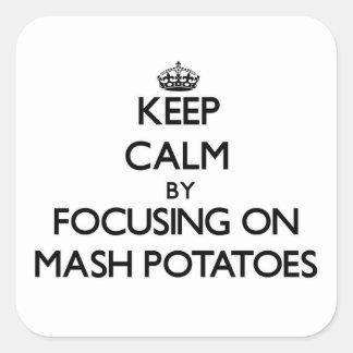 Guarde la calma centrándose en las patatas de puré pegatina cuadrada